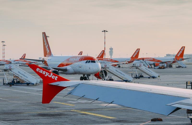 Flygplan för Easyjet flygbuss A320 på Milan Malpensa flygplatsgrov asfaltbeläggning Trafikflygplanet servar kort-transportsträcka fotografering för bildbyråer