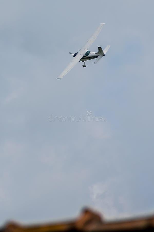 Flygplan för enkel motor i himlen fotografering för bildbyråer