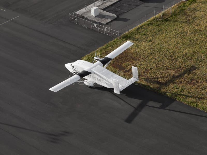 Flygplan för enkel motor på en flygplatslandningsbana arkivbilder