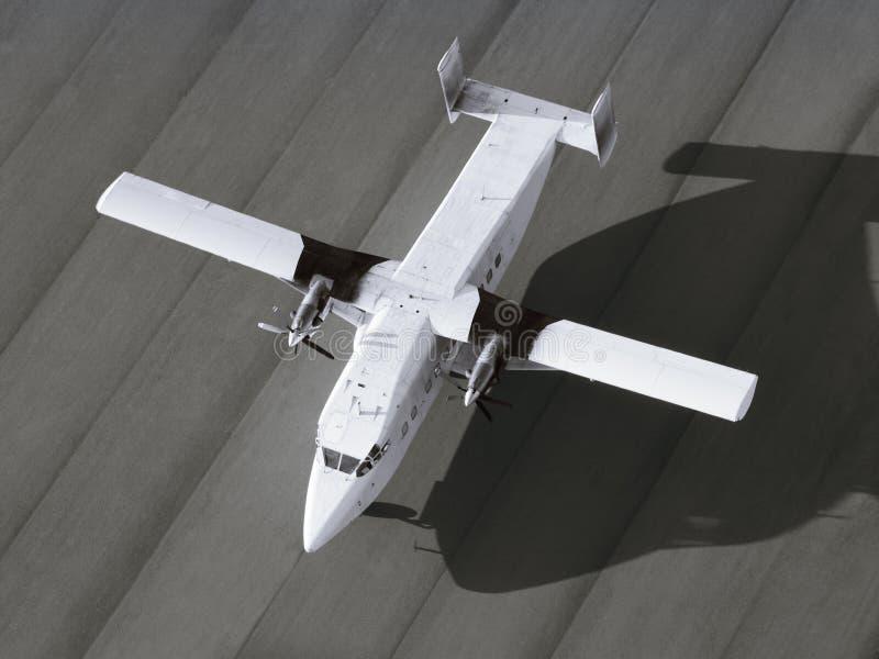 Flygplan för enkel motor som är klart att ta av royaltyfri fotografi