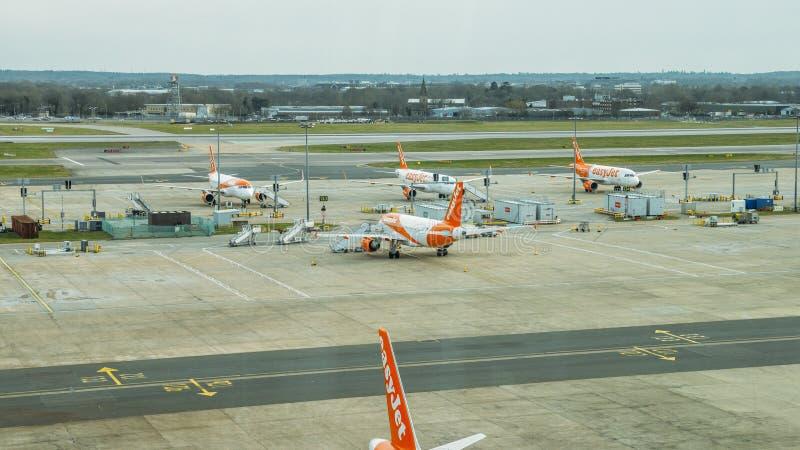 Flygplan för flygbuss som A320 tillhör low costtrafikflygplanet, easyJet, på grov asfaltbeläggning på den norr terminalen för Lon arkivbild