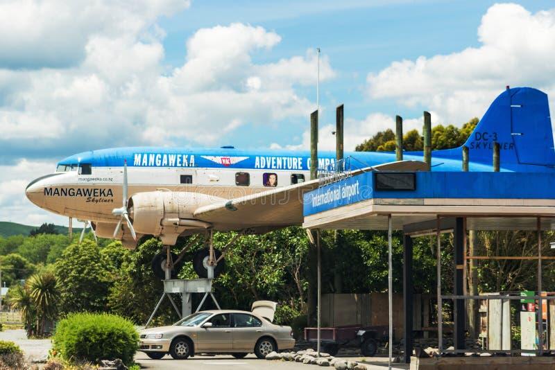 Flygplan för gränsmärke som DC3 Skyliner tillsammans med sitter den huvudsakliga tillståndshuvudvägen på den norr ön royaltyfri fotografi