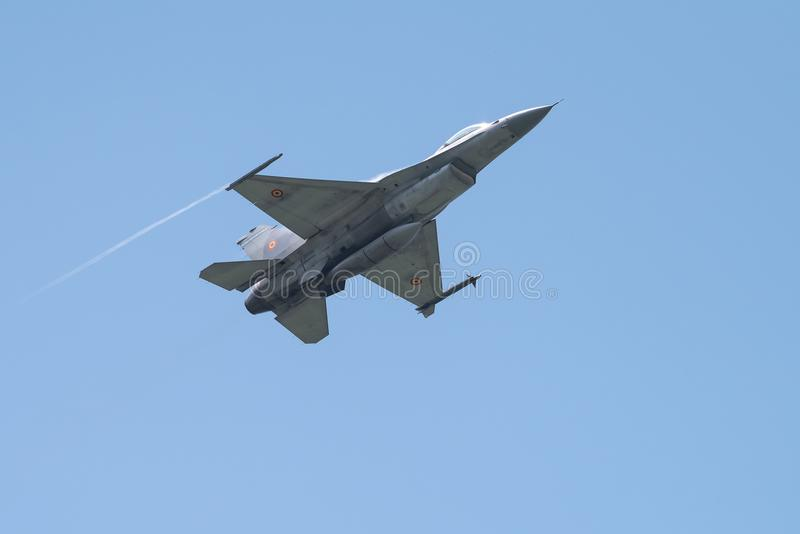 Flygplan för stråle F16 på Bucharest den internationella flygshowen, lågt passerande arkivfoto