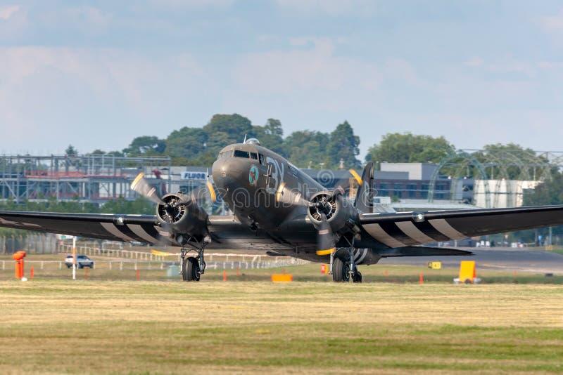 Flygplan för transport för C-47 DC-3 för tappningvärldskrig II Douglas med dag Dinvasionband arkivfoto