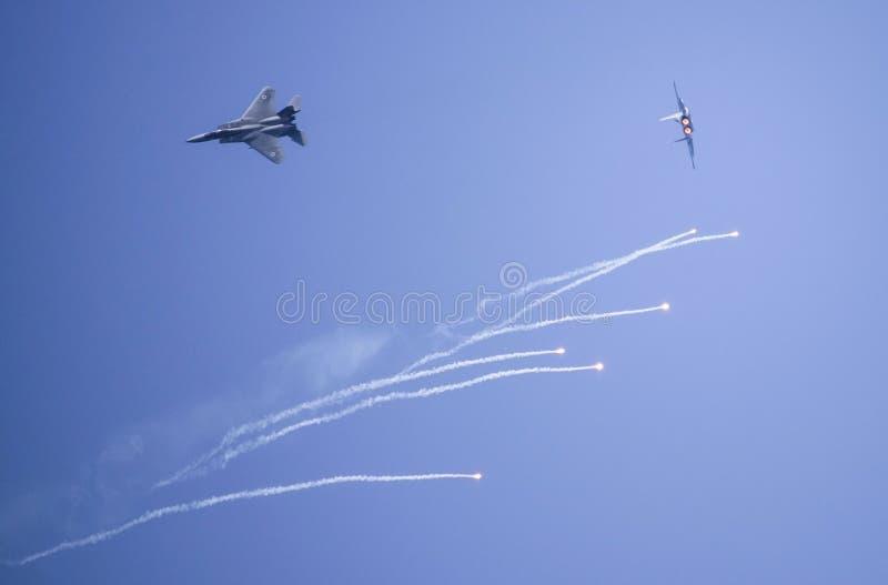 Flygplan F-15 i flyg- demonstrationsIsraels försvarsmakt firar självständighetsdagen royaltyfria foton