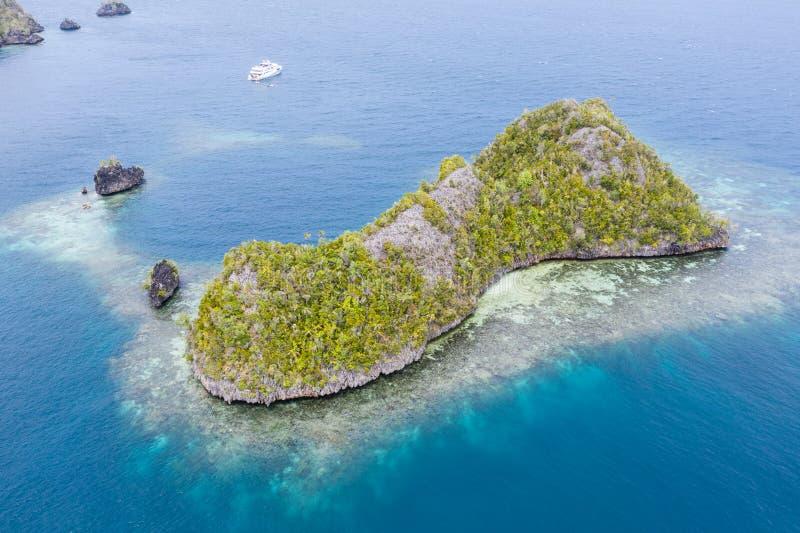 Flygplan från Limestone-öarna och omgivande korallrev royaltyfria foton