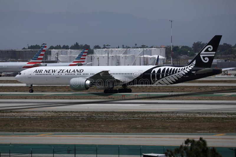 Flygplan från Nya Zeeland som taxar på Los Angeles flygplats royaltyfri bild