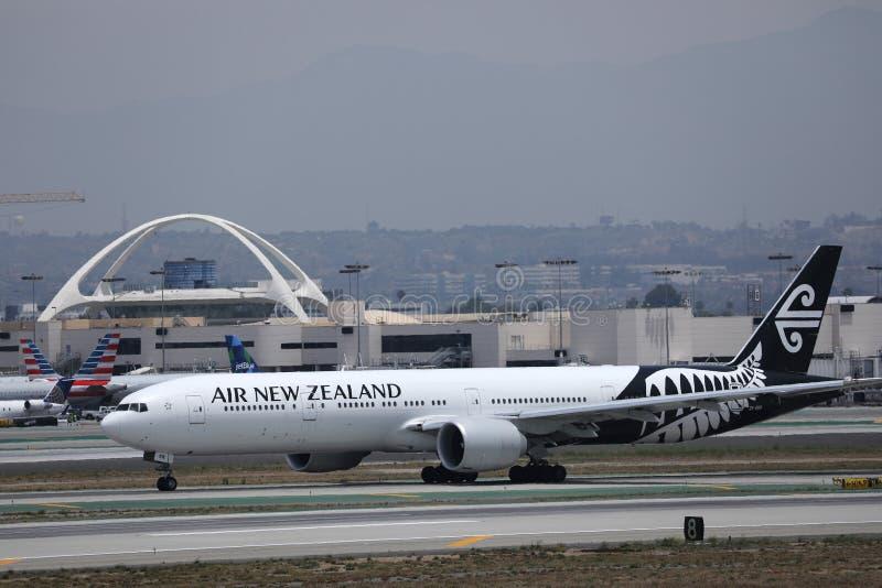 Flygplan från Nya Zeeland som taxar på Los Angeles flygplats arkivfoto
