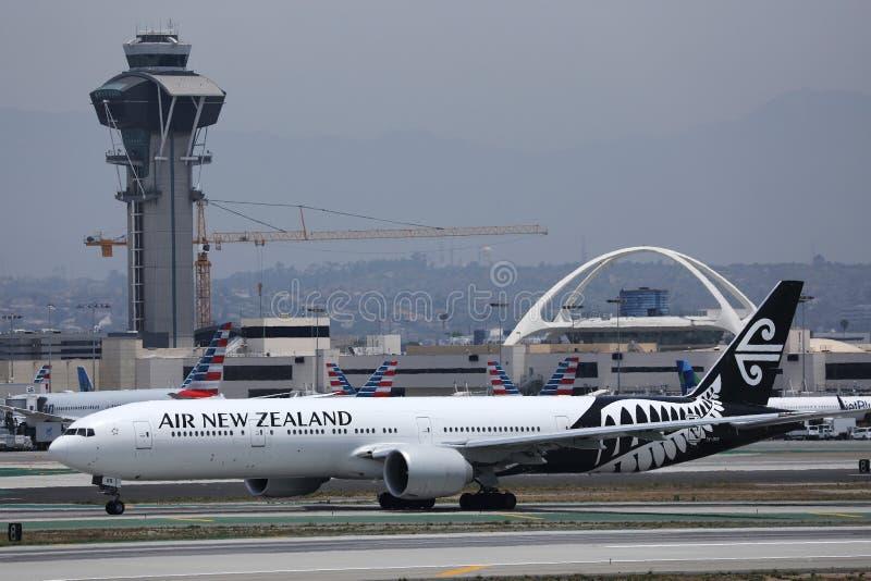 Flygplan från Nya Zeeland som taxar på Los Angeles flygplats royaltyfri foto