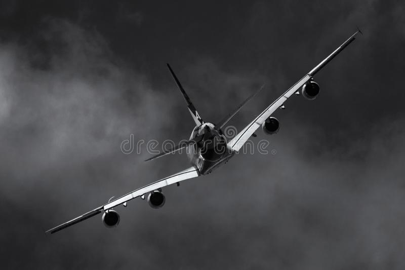 Flygplan i den mörka himlen arkivbild