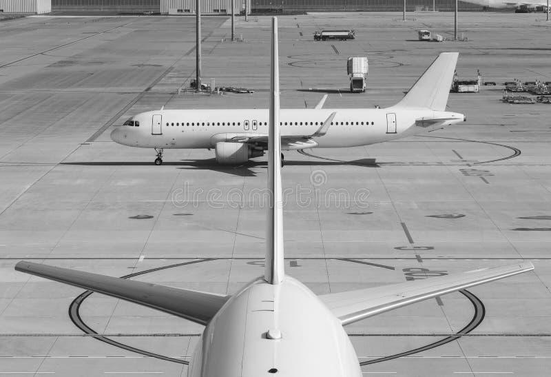 Flygplan i flygplats arkivbild