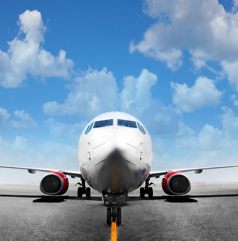 Flygplan i landningsbanan royaltyfria bilder