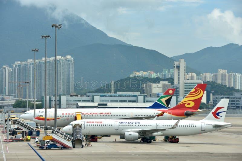 Flygplan i linjen, Hong Kong flygplats arkivbild