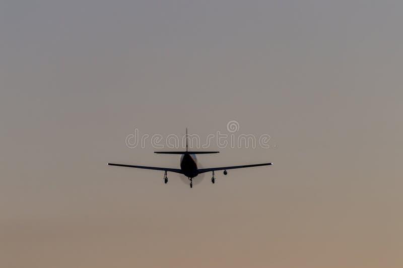 Download Flygplan I Luften Och Solnedgånghimlen I Bakgrund Arkivfoto - Bild av flyg, solnedgång: 78729842
