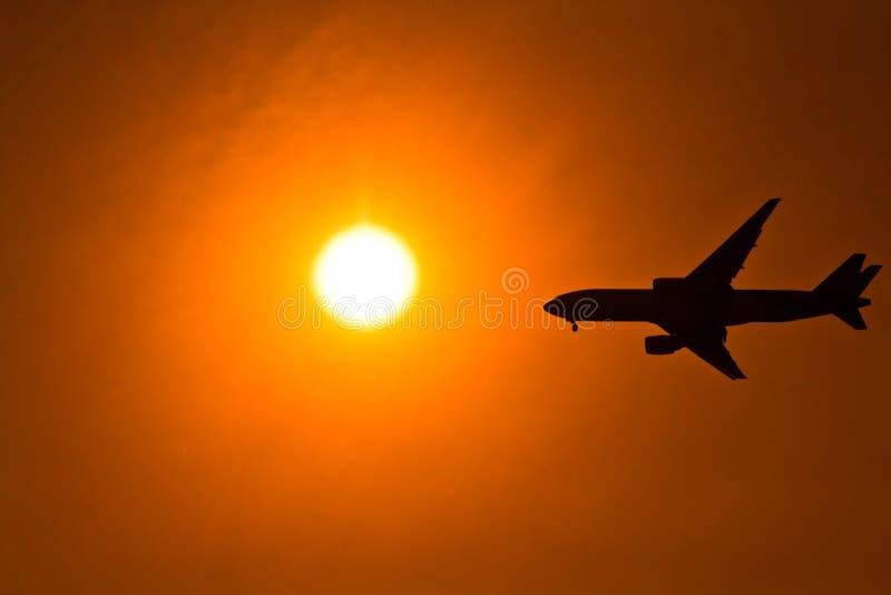 Flygplan i solnedgången royaltyfri fotografi