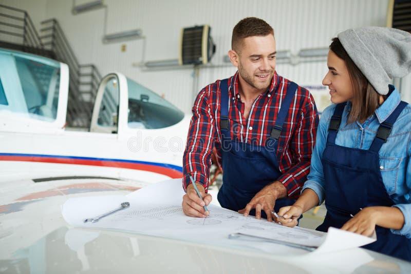 Flygplan iscensätter arbete med plan fotografering för bildbyråer