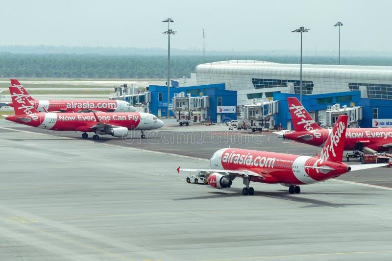Flygplan med det AirAsia flygbolaget som parkeras på flygplatsen royaltyfri fotografi
