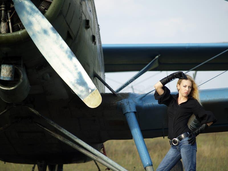 flygplan nära tappningkvinnabarn arkivbilder
