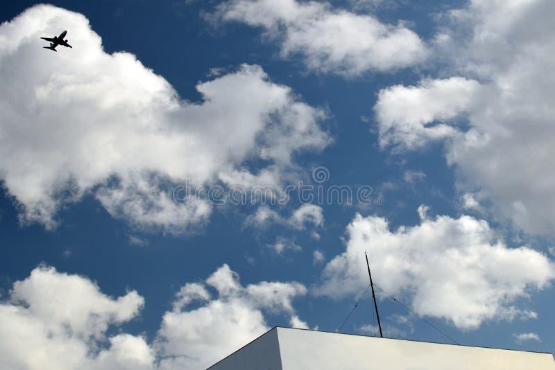 Flygplan och den blåa himlen i Japan royaltyfri fotografi