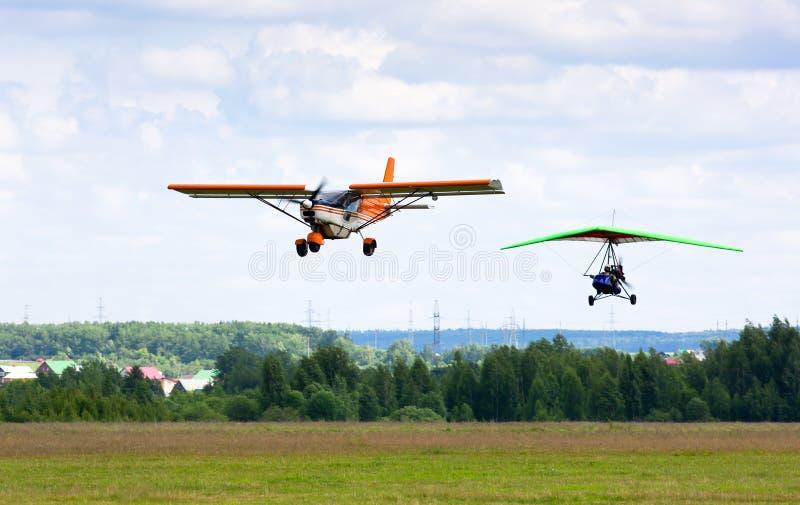 Flygplan och hängning-glidflygplan arkivbilder