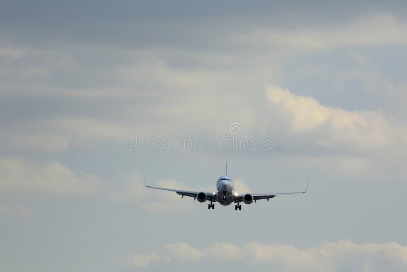 Flygplan och himmel i Japan royaltyfria bilder