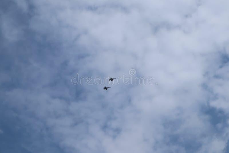 Flygplan på airshow Det Aerobatic laget utför flygflygshowen Sol n roliga Airshow Flygutbildningsinstitut Kontur av en ai arkivfoton