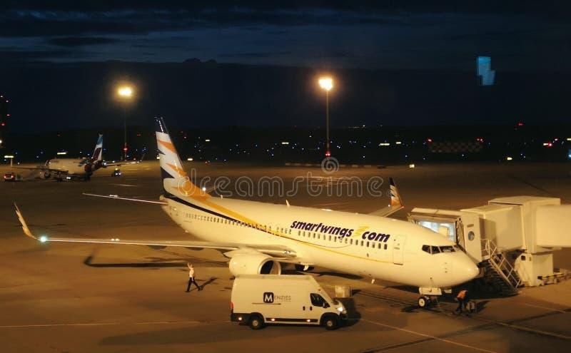 Flygplan på den Budapest flygplatsen arkivfoto