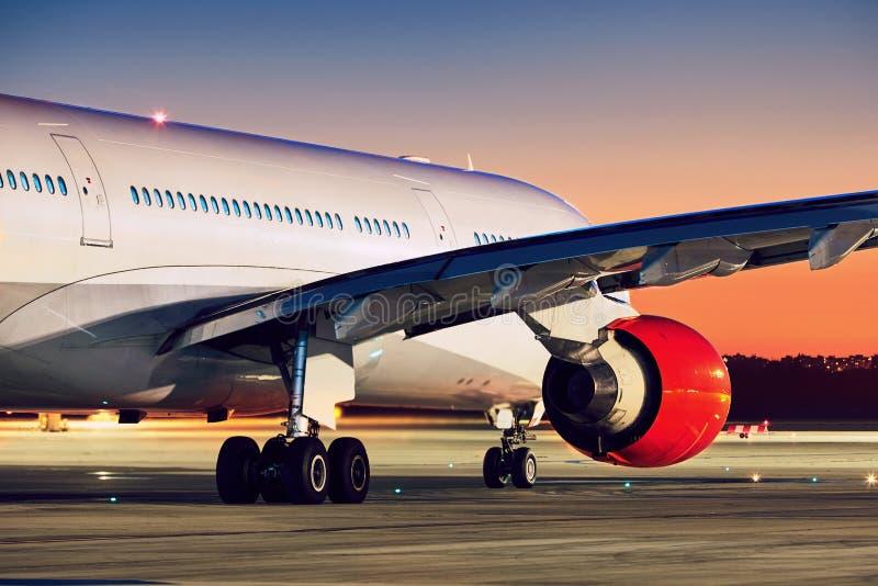 Flygplan på den fantastiska solnedgången fotografering för bildbyråer