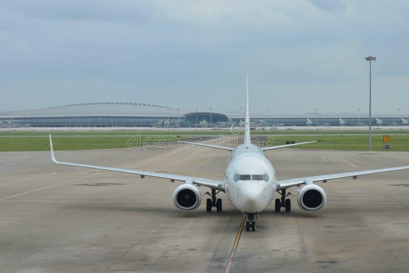 Flygplan på en flygplats royaltyfri foto