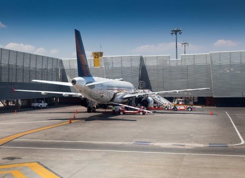 Flygplan på en flygplats, Benito Juarez arkivbilder