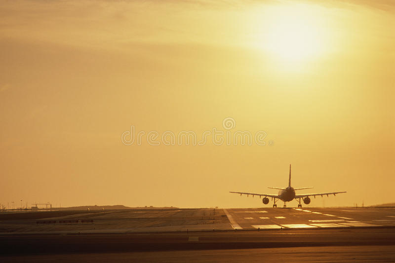 Flygplan på landningsbana royaltyfri foto