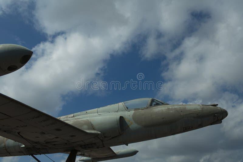 Flygplan på molnig himmel Stråle som är över huvudet i moln Nivå på solig dag Flyg och flygtransport Reslust eller semester arkivbild