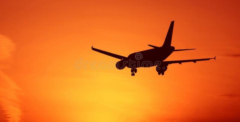 Flygplan på solnedgånghimmel vektor illustrationer