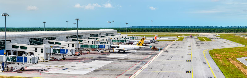 Flygplan på terminalen av Kuala Lumpur International Airport KLIA är den största och mest upptagna flygplatsen i Malaysia fotografering för bildbyråer