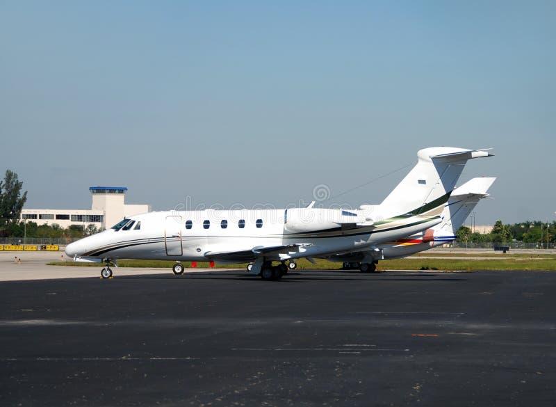 flygplan parkerat litet royaltyfria foton