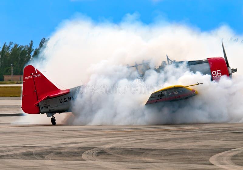 flygplan röker royaltyfri bild