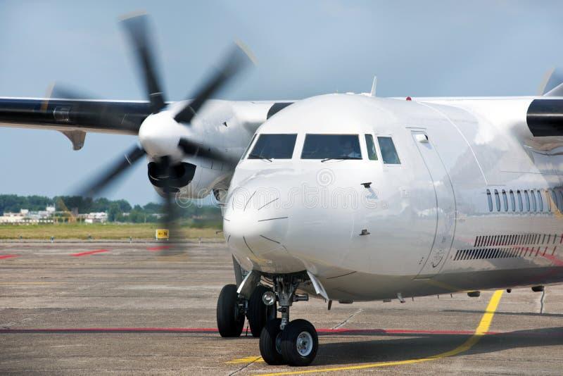flygplan som ankommer fotografering för bildbyråer