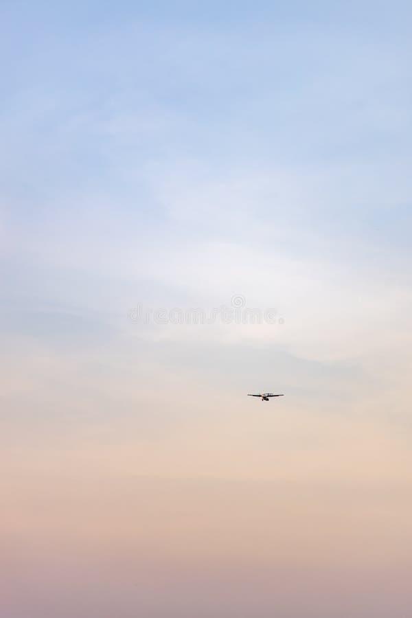 Flygplan som att närma sig för att landa arkivbild