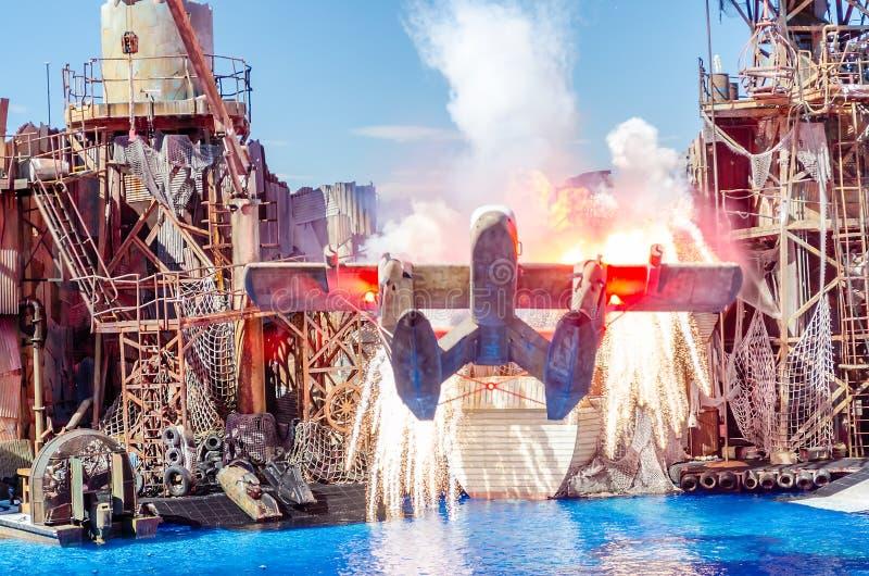 Flygplan som exploderar i den Waterworld showen på den universella Studien royaltyfri foto