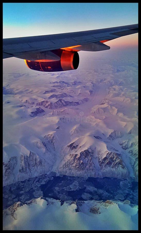 Flygplan som flyger över Alaska i vinter royaltyfri fotografi