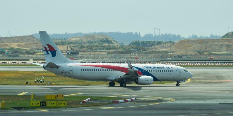 Flygplan som ?ker taxi p? landningsbana av den Changi flygplatsen arkivbilder