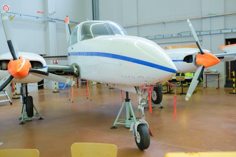 Flygplan som parkeras i hangar arkivfoton
