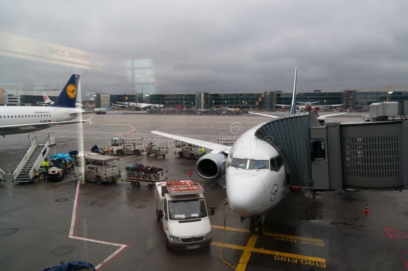Flygplan som parkeras på porten i Frankfurt arkivfoton