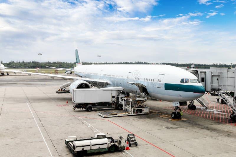 Flygplan som servas på porten av en internationell flygplats royaltyfri fotografi