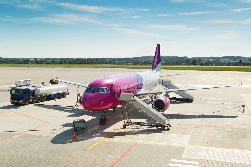 Flygplan som väntar på flygplatsen arkivfoto