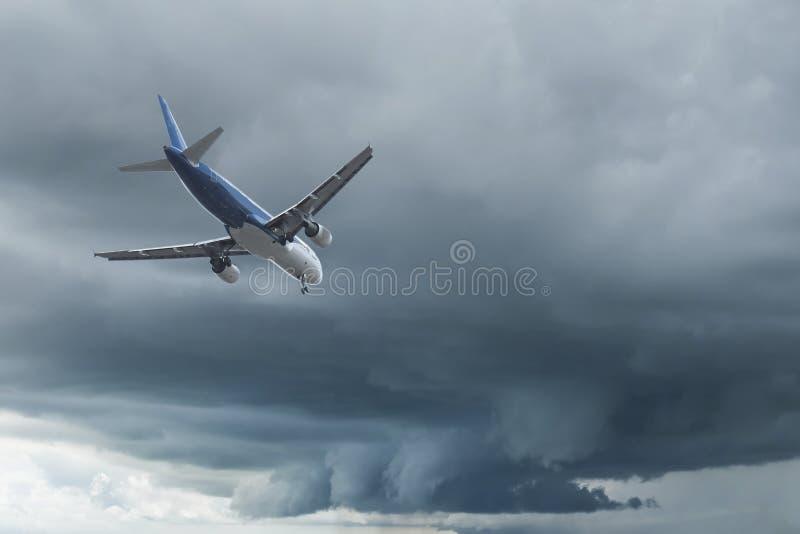 Flygplan ?ver molnen royaltyfri bild