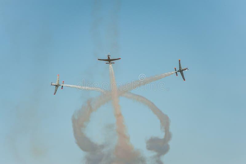 Flygplan visar att stora shower och sidor bak a röker i himlen arkivfoto