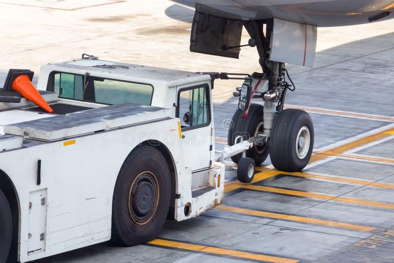 Flygplanbärgningsbilen hakade upp på det främre landningkugghjulet royaltyfri fotografi