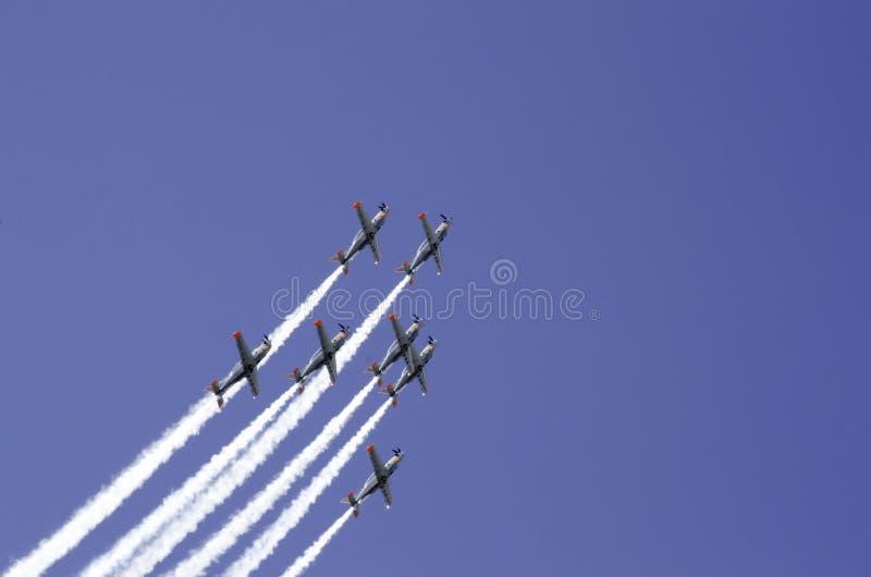 Flygplanbildande, baksida beskådar ner royaltyfri foto