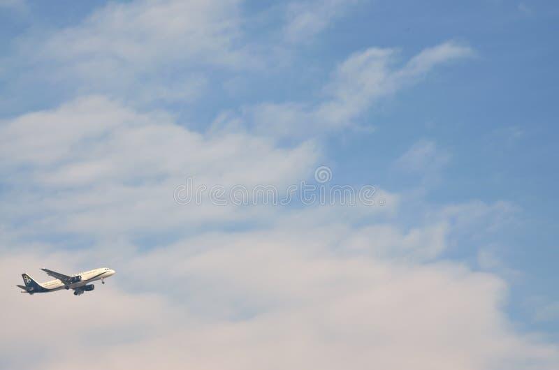 Flygplanet av olympiska luftflygbolag som flyger i luften efter, tar av från den Makedonien flygplatsen i Thessaloniki, Grekland royaltyfri fotografi